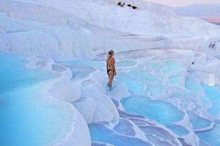 白く輝く石灰華段の丘、トルコ「パムッカレ」のドローン映像が美しい