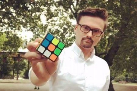 一瞬で全ての面が揃う…ルービックキューブを使ったマジック動画が面白い