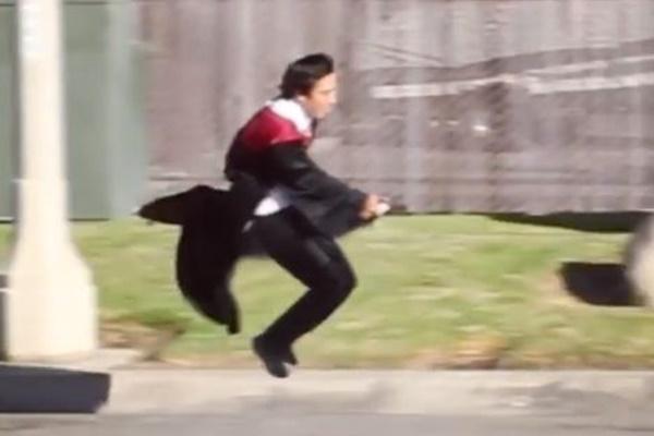 一体、どうやって撮影?魔法の杖に乗って飛んでいる動画が不思議