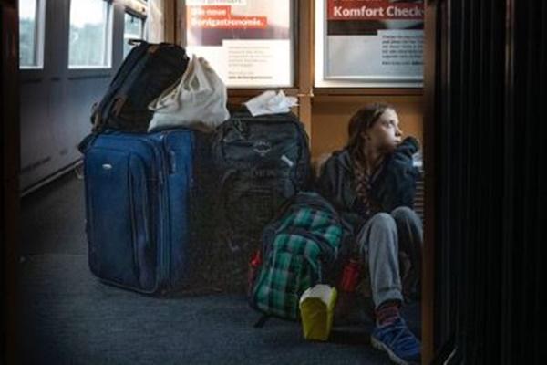 グレタさんが列車の床に座っている写真を投稿、独鉄道会社が皮肉のツイート
