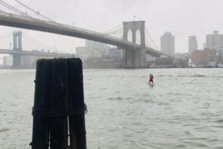 NYの川にサンタ姿の男性が出現、サーフィンで楽しむ姿が目撃される