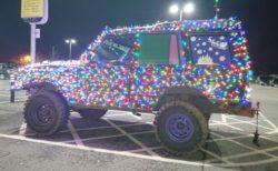 英にクリスマス風のライトで飾られた車が出現、公道を走る姿が目撃される