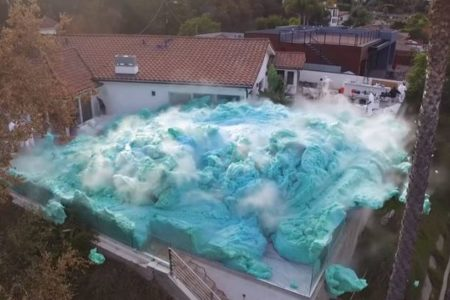 化学物質を混ぜたら一瞬にして巨大な泡が発生、YouTuberの実験動画が大迫力