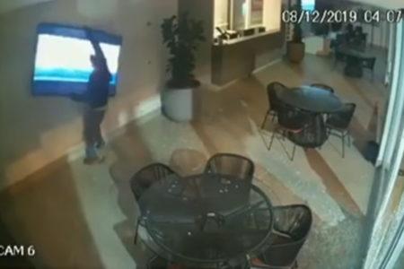 監視カメラが捉えた犯行現場は、90年代の喜劇そのものだった
