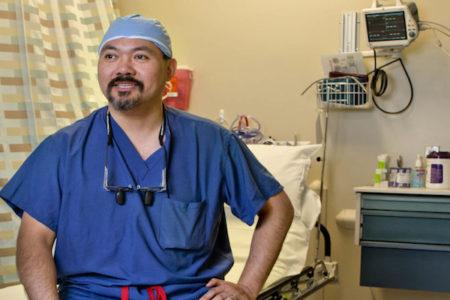 お金を払えない患者のために、社会奉仕活動を手術代として受け取る医師