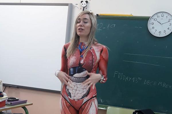 内臓ボディスーツで人体構造を教える小学校の先生がクール
