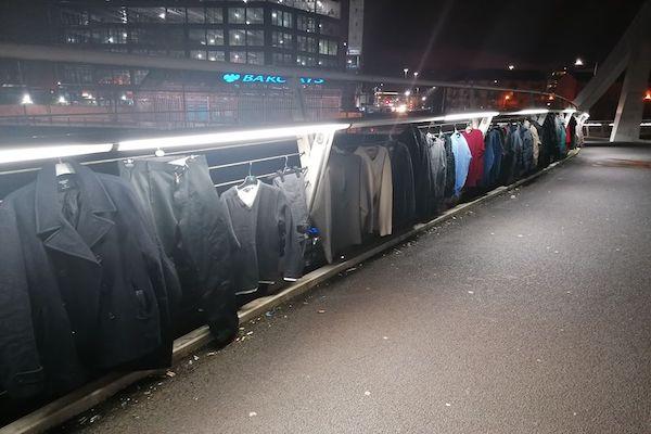 ホームレスを寒さから守るため、スコットランドの橋にコートが並んだ