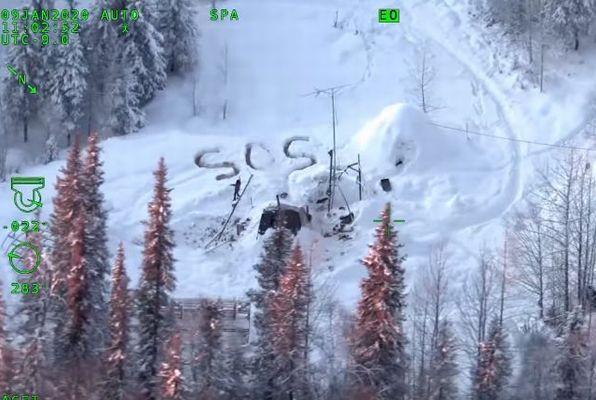 雪の上に「SOS」、アラスカで小屋焼失のため3週間も僻地に残された男性を救助