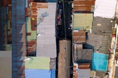 電車が目の前を通っていくタイの市場、その様子を上空からとらえた動画がユニーク