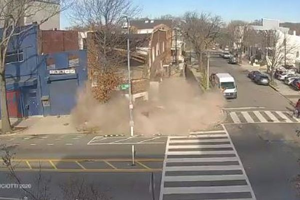 通り沿いにある建物が突然崩壊、あわや歩行者が瓦礫の下敷きに【動画】