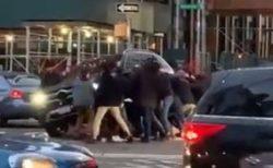 事故で車体の下に女性が!続々と通行人が集まり車を持ち上げ救助