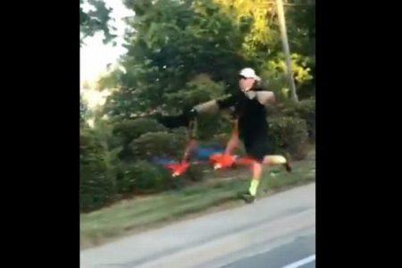 懸命に走って、鳥を「散歩」させる男性の動画が話題に