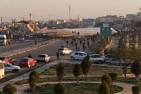 イランで航空機の事故が発生、機体が滑走路を通り過ぎ道路上へ