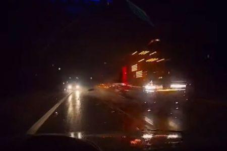 2台のトラックに挟まれた車、間一髪ですり抜ける動画が恐ろしい