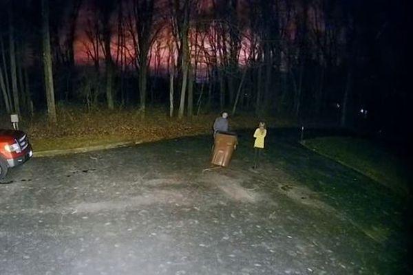 隕石でも爆発でもない?!オレンジ色の謎の光が夜空を染める