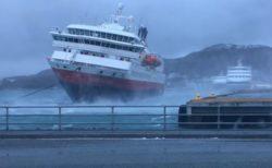 ノルウェーで猛烈な風に煽られる客船、クルーが見事に船体を制御し接岸