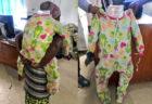 ウガンダで横行する化粧品密輸、背負った赤ちゃんに見せかけて