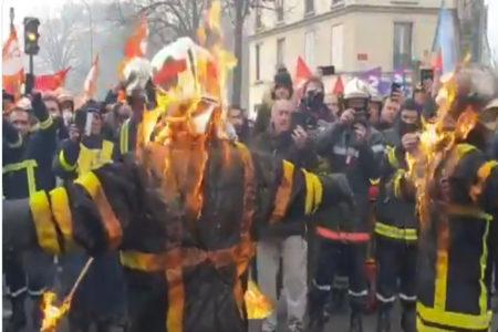 警察VS消防隊、デモがきっかけで激しいバトルが勃発【フランス】