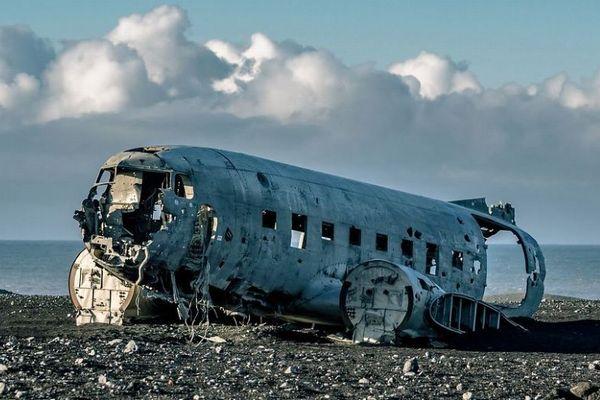 1973年の輸送機墜落事故現場で、中国人男女の遺体が発見される