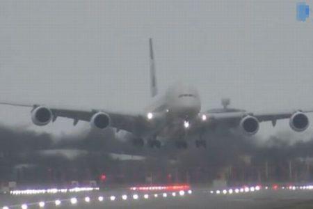 暴風雨「デニス」が吹き荒れる中、機体を斜めにしながらも旅客機が着陸に成功