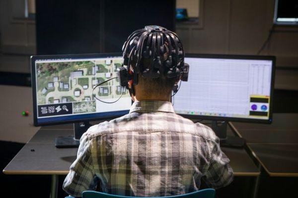 軍事用ロボットのAI開発のため、研究者がゲームをプレーする人間の脳を調査