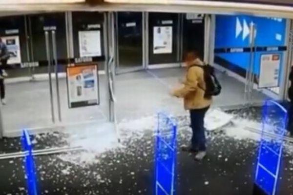 男性もビックリ!店のドアを開けた瞬間、ガラスが粉々に砕ける