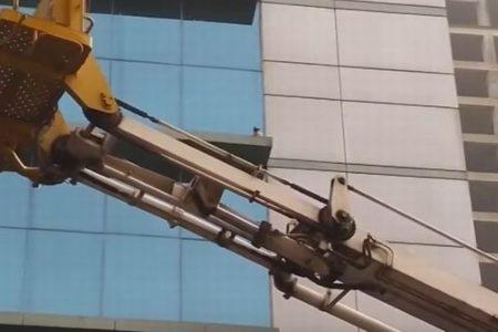 ビルの6階に取り残されたネコ、高所作業車が出動して救出に成功