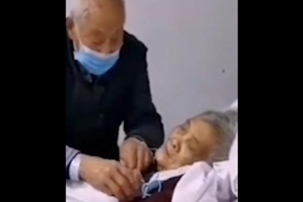 コロナウイルスに感染した中国の夫が、感染した妻をいたわる動画、涙の拡散