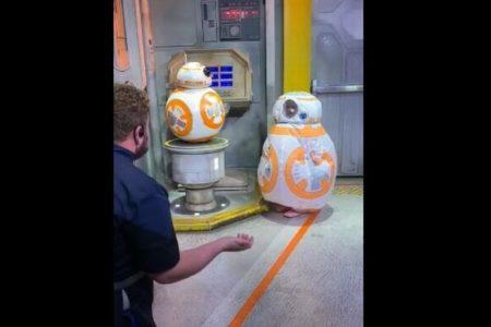 ハリウッドスタジオを訪れた女の子、「BB-8」のコスチューム姿がかわいい!