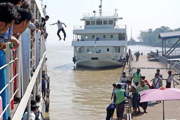 ミャンマーで船長が船からダイブ、溺れそうな乗客の女性を救助