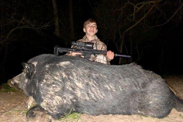 牧場を脅かす体重180kgの巨大ブタを、13才の少年が仕留める