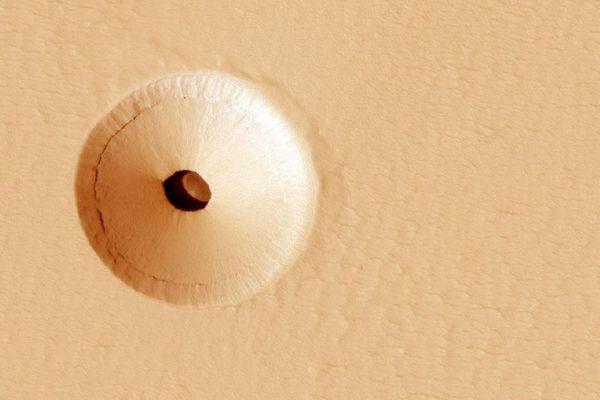 火星の表面に不思議な穴、探査機がとらえた画像をNASAが公開