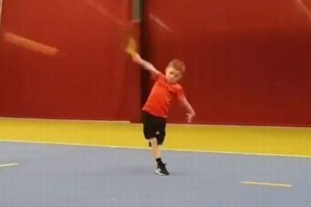 片手でバックハンドする6歳の男の子、投稿されたテニスの動画が話題に