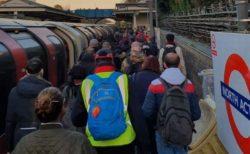 英首相「人との距離をとれ!」地下鉄職員「無理!」本数減少で車内が混み合う