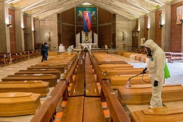 伊では1日の死者が800人を突破…大量の棺が並んだ教会内の写真がショッキング