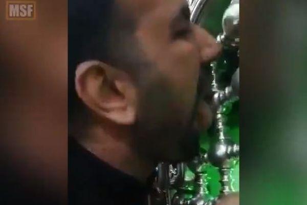 「新型コロナなんか怖くない」イランの男性、聖廟の門を舐めて逮捕