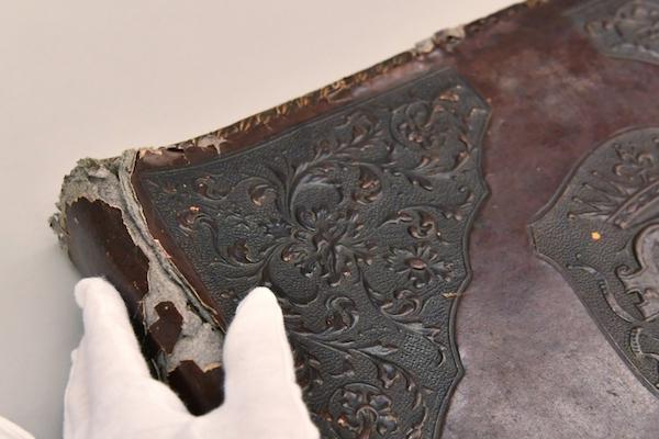 人の皮膚で作られたフォトアルバムが、ポーランドの骨董市で売られていた