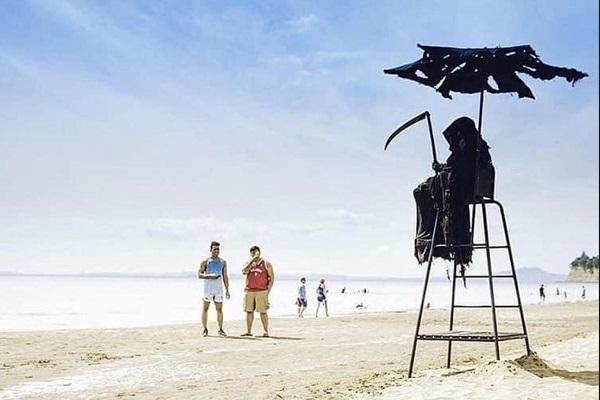 浜辺に死神?米国人弁護士、奇抜なアイデアでフロリダのビーチ再開に抗議
