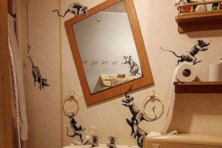 「妻が嫌がるんだ…」バンクシーがバスルームに描いた新作を公開