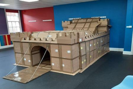 新型コロナで籠城中、暇すぎ父子がサンドイッチの箱で作った城塞がお見事