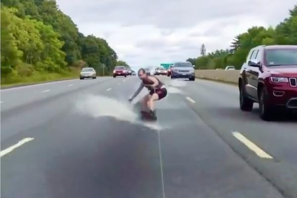 高速道路で水上スキー!ビジュアルエフェクトの魔術師が新作動画を公開
