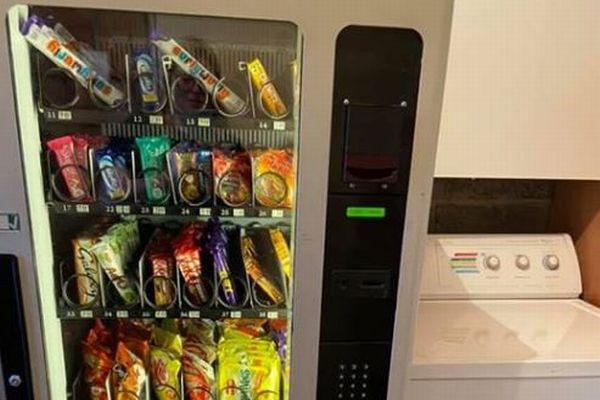 【イギリス】自宅にお菓子の自販機を設置した母親、子供に小遣いで買わせるという教育