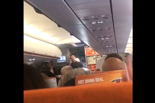 パイロット不在で飛ばない旅客機を、乗客が操縦して離陸、拍手喝さいを浴びる