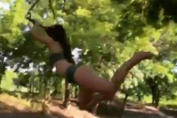 ロープで水に落下する女性、奇妙な落ち方をする動画が不思議