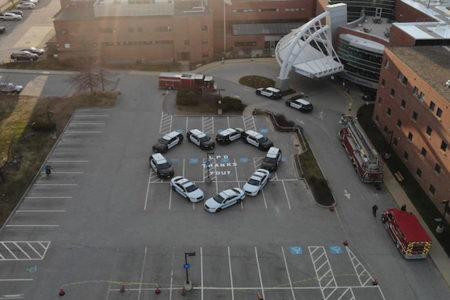 警察がパトカーをハート型にして、病院スタッフの努力に感謝