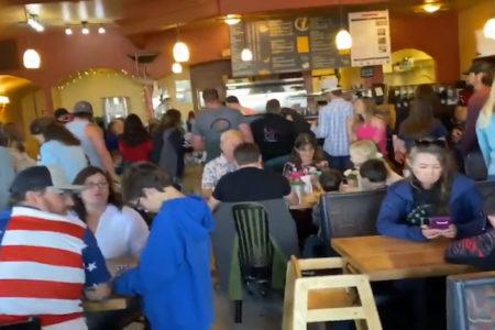 休業規制を破って強行開店したレストランが超満員に【アメリカ】