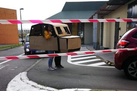 ベルギーの母娘、ダンボールの自動車でマックのドライブスルー