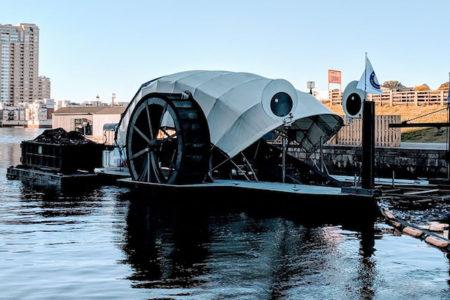 太陽光と水力で動くお掃除船、大量のゴミをすくってギネス世界記録