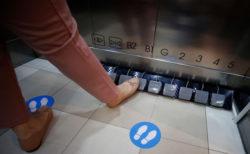 タイのショッピングモールが、エレベーターボタンをフットペダルにして好評
