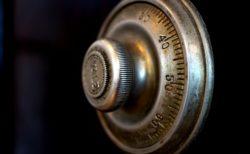 錠前技師が40年間開けられなかった金庫を、観光客が一度で解錠